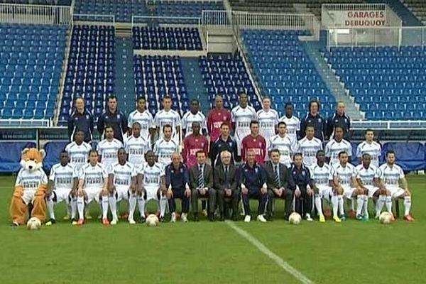 Après des mois de conflit, salariés du club et direction de l'AJ Auxerre posent côte à côte pour la photo de rentrée le 18 septembre 2013.