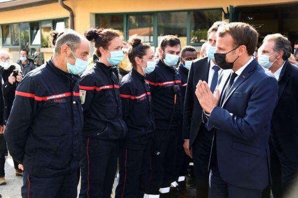 Emmanuel Macron est arrivé mercredi après-midi en hélicoptère à Tende, première étape de sa visite dans les vallées des Alpes-Maritimes.