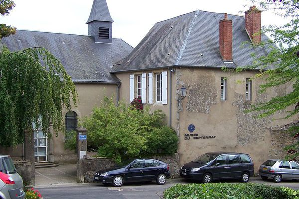 Le musée du Septennat est installé dans l'ancien couvent Sainte-Claire du xviiie siècle à Château-Chinon (Nièvre), à côté du musée du Costume et des Arts et Traditions populaires du Morvan, proche de l'hôtel Au Vieux Morvan, à quelque kilomètres de l'Espace François-Mitterrand