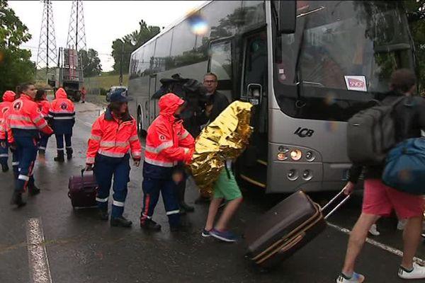Après avoir été évacués, les passagers bloqués qui devaient poursuivre leur voyage ont pris un bus pour Bordeaux.