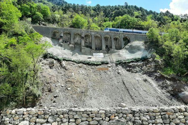 La ligne avait redémarré le 19 octobre entre Breil-sur-Roya et Saint-Dalmas-de-Tende mais avait été suspendue le mois suivant en raison de l'instabilité de ce mur à arcatures à Fontan.