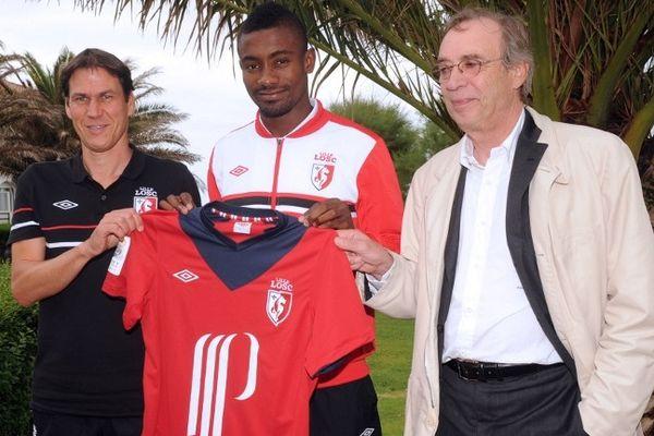 Rudi Garcia, Salomon Kalou et Michel Seydoux lors de la présentation du joueur à la presse, le 11 juillet 2012 à Saint-Jean-de-Luz.