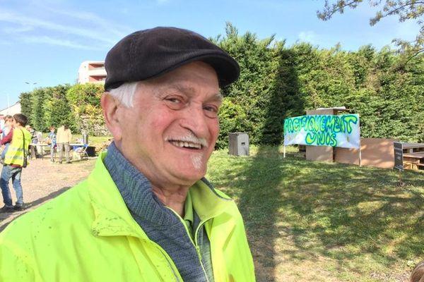 Jules a 76 ans et est atteint d'un handicap. Il est mobilisé depuis le premier jour.