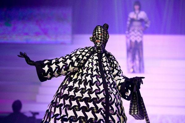 Jean Paul Gaultier a présenté des pièces extravagantes lors de son dernier défilé haute couture.