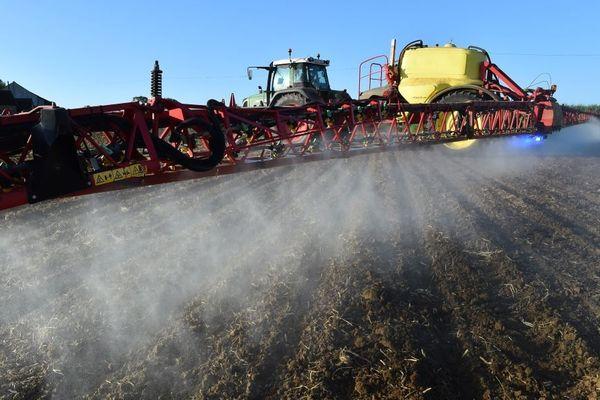 Epandage de pesticides dans une exploitation agricole française