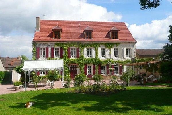 : La maison de la famille Deppoyan, arrivée des Bouches-du-Rhône en 2009 pour ouvrir des chambres d'hôtes au Breuil (Allier)