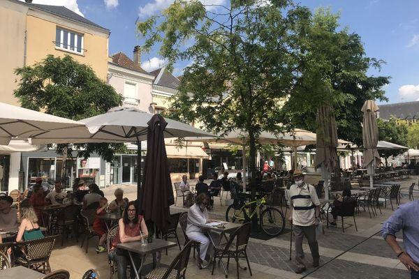 En ce 9 juin, les clients préfèrent profiter du soleil en terrasse malgré la réouverture des salles de bars et restaurants en intérieur.