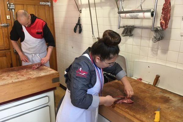"""Lauranne Lemonnier dans la boucherie de Lezoux où elle est en apprentissage depuis un an. Lundi 8 avril, elle a été élue """"meilleur apprenti boucher de France"""". Mercredi 10 avril 2019."""