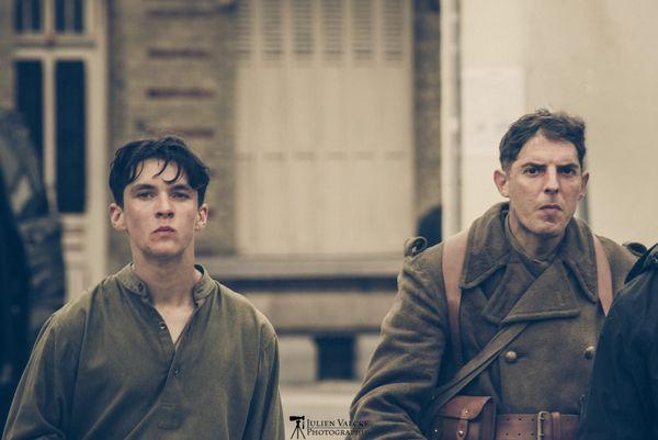 """Fionn Whitehead (à gauche) et Damien Bonnard (à droite) sur le tournage de """"Dunkirk""""."""