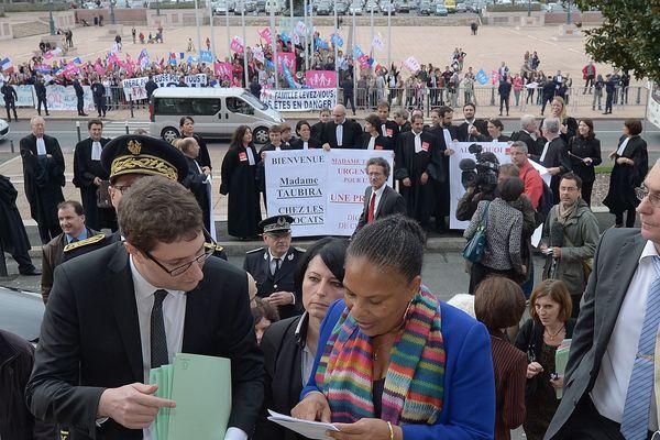 Christiane Taubira et les manifestants contre le mariage pour tous devant le Palais de justice à Angers
