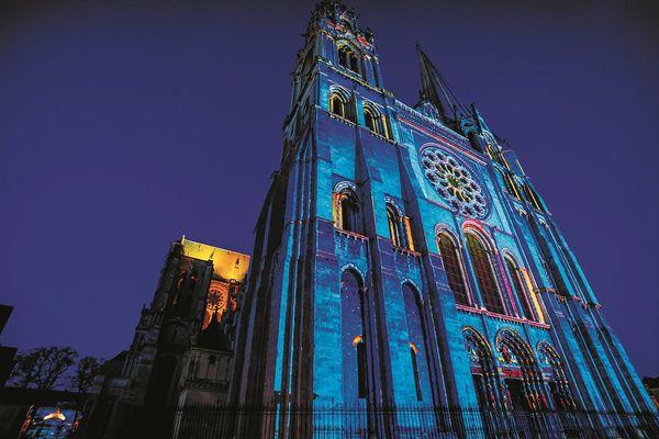 Portail royal de la cathédrale. Scénographie Spectaculaires, Allumeurs d'images.