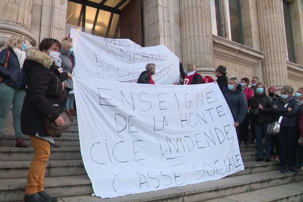 Des dizaines d'employés de Carrefour Fécamp se sont déplacés devant les tribunaux du Havre et d'Evry, ce mardi 20 octobre.
