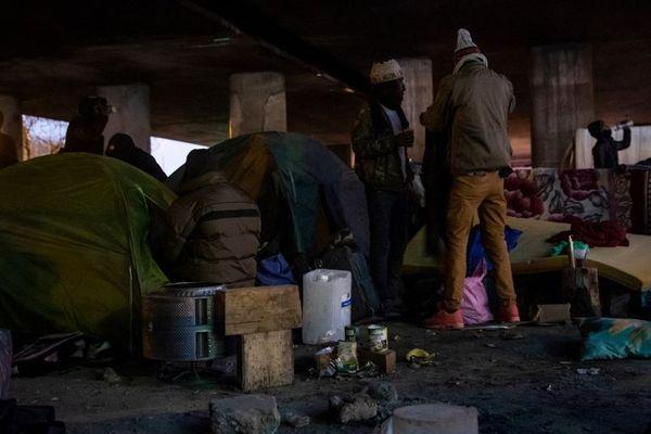 Des migrants préparent leurs affaires en vue de leur évacuation de la porte de la Villette. Photo prise le 31 janvier 2020.