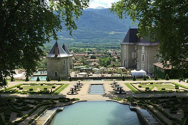 Le chateau du Touvet en Isère vu du haut de l'escalier d'eau datant de 1750