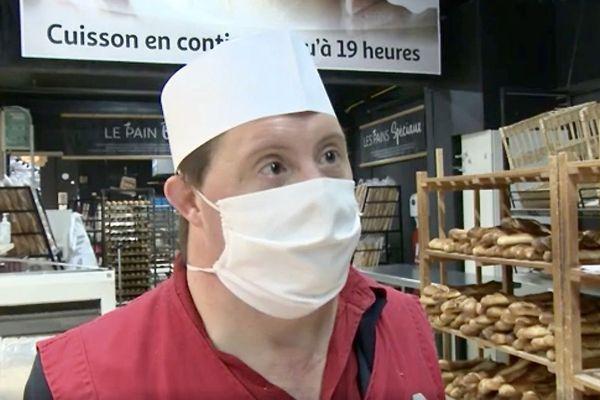 Pierre, atteint de trisomie 21, est salarié à plein temps dans un centre commercial de Bordeaux