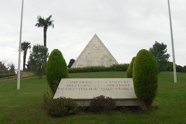 Dans le cimetière militaire franco-italien de Saint-Mandrier, un mausolée pyramidal qui renferme la dépouille de l'amiral Latouche-Treville, célèbre pour son combat contre les anglais sous Napoléon.