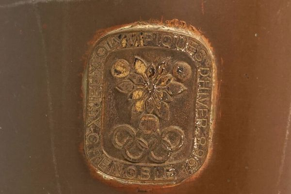détail du manche du flambeau portant les symboles de l'olympisme