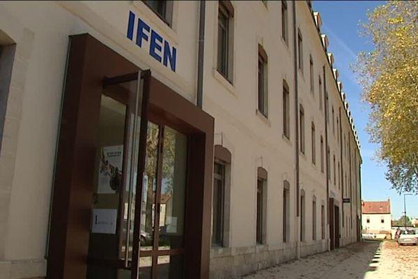 L'institut est situé à la Caserne Pitié, 7 bis, rue du 13ème de ligne, 58000 Nevers, à proximité des locaux de l'IFSI (Institut de Formation en Soins Infirmiers) de Nevers.