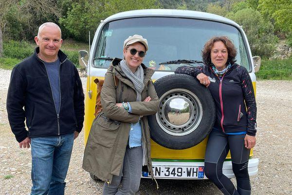 """Sophie Jovillard, présentatrice de l'émission """"Ô la belle vie"""", entourée de David Maso, à la tête d'une entreprise de rénovation des châteaux du Pays Cathare et de Béatrice Fabre, investie dans l'écotourisme."""