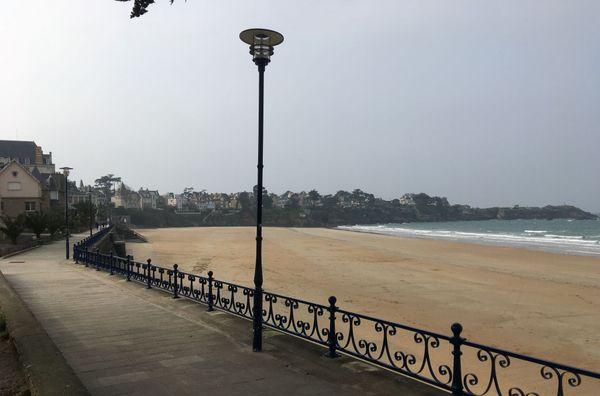 La plage de Saint-Lunaire déserte en période de confinement