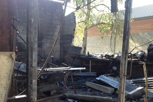 Hangar incendié par le pompier pyromane présumé, la nuit du 26 au 27 otcobre, à Saint-Satur (Cher).
