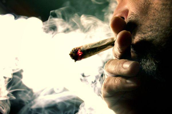 Un homme fume un joint, en 2006 à Lyon. Photo d'illustration.