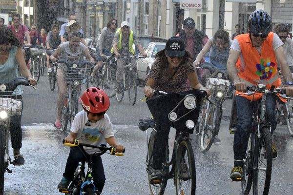7 000 participants lors de la Vélo-Parade à Nantes en juin 2015. (GEORGES GOBET / AFP)