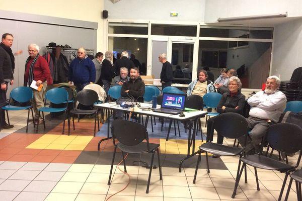 Une salle municipale de Saint-Pierre-de-Bresse (Saône-et-Loire) accueillait les sympathisants à suivre le second débat télévisé de la primaire de la gauche