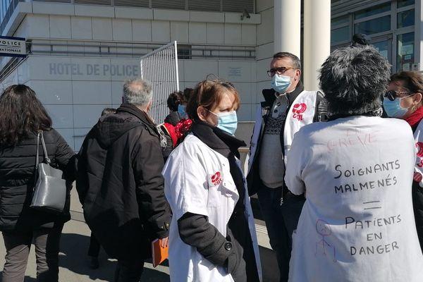 Un rassemblement de soutien à la victime présumée de harcèlement du CHU de Clermont-Ferrand s'est tenu devant le commissariat ce mardi 23 mars.