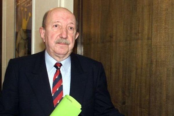 Jacques Riolacci, alors président de la commission de discipline de la Ligue de football, sortant de la salle d'audition, le 10 février 2000.