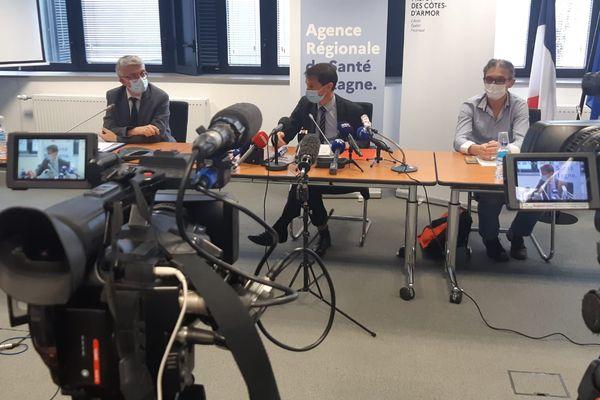 Conférence de presse du directeur de l'Agence régionale de santé et du préfet des Côtes d'Armor, à la préfecture des Côtes d'Armor le 16 mars 2021