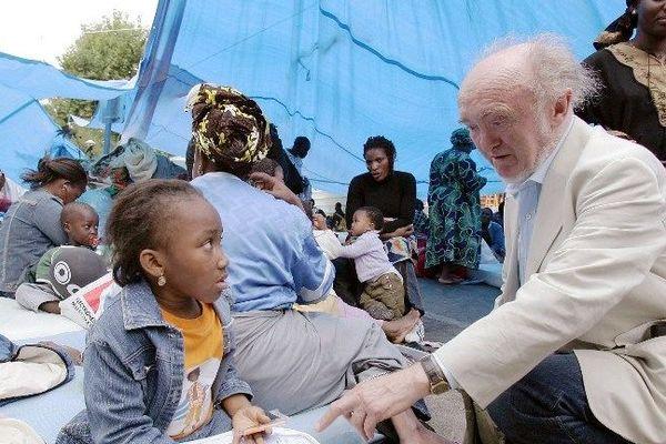 Albert Jacquard en août 2006 avec des familles sans papiers, à Cachan.