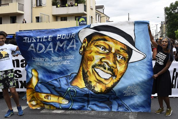 La famille d'Adama Traoré réclame justice lors d'une marche en mémoire du jeune homme de 24 ans le 22 juillet 2017 à Beaumont-sur-Oise (Val-d'Oise).