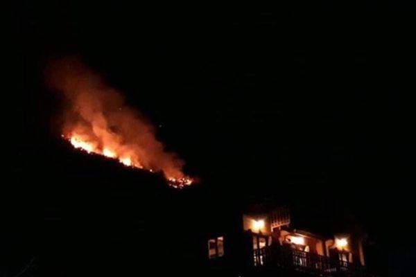 Le feu, derrière le quartier de la Ribière à Guillaumes.