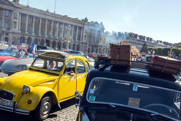 Deux fois par an, en été et en hiver, la Traversée de Paris organise un parcours au coeur de la capitale pour les voitures anciennes.