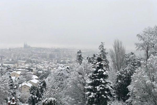 Ce vendredi 19 mars, la ville de Clermont-Ferrand était recouverte d'un léger manteau blanc neigeux.