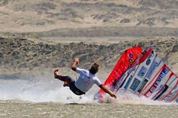 Antoine Albeau chute à pleine vitesse sur sa planche à voile.