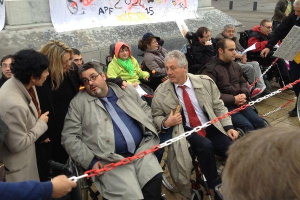 Les handicapés ont reçu le soutien de plusieurs élus, dont Olivier Bianchi (maire de Clermont-Ferrand) qui n'a pas hésité à poser avec eux dans un fauteuil roulant.