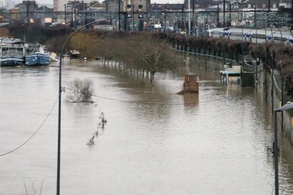 Le parking de la gare RER est inondé à Villeneuve-Saint-Georges (Val-de-Marne), le 23 janvier 2018.