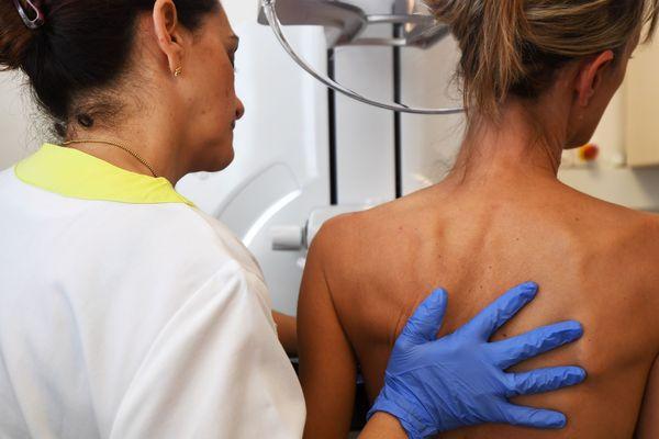 Une femme accompagnée par une médecin lors d'une mammographie - Photo d'illustration