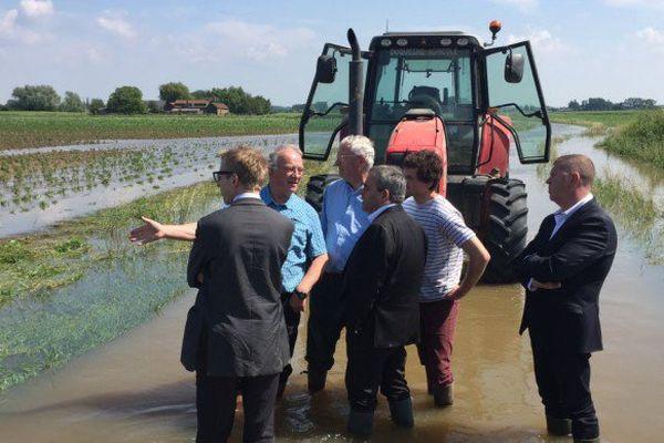 Xavier Bertrand chez un agriculteur touché par les inondations