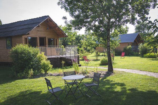 """Ce chalet avec terrasse du camping """"L'escale des châteaux de la Loire"""" sera vendu aux enchères le 24 avril 2021"""