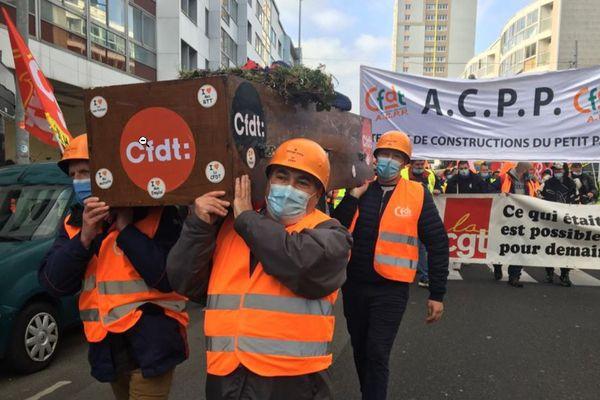 Manifestation des salariés d'ACPP dans les rues de Cherbourg ce mardi 27 avril 2021