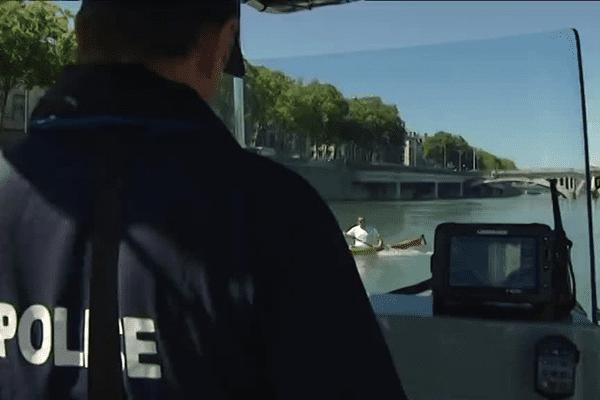 A bord du bateau de la brigade fluviale de Lyon.