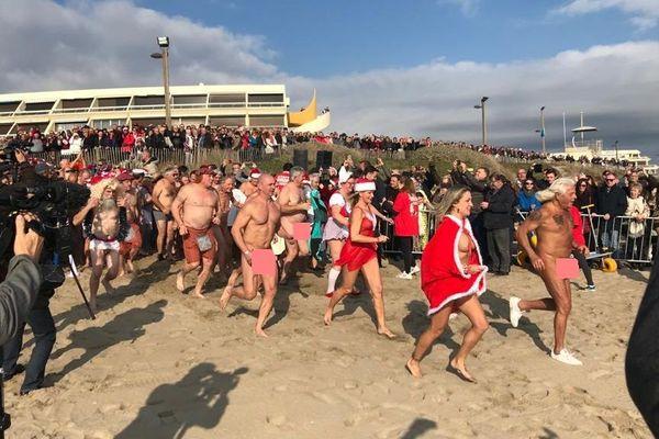 Des centaines de baigneurs, naturistes ou en maillot, se sont jetés à l'eau pour le dernier bain de 2019 au Cap d'Agde