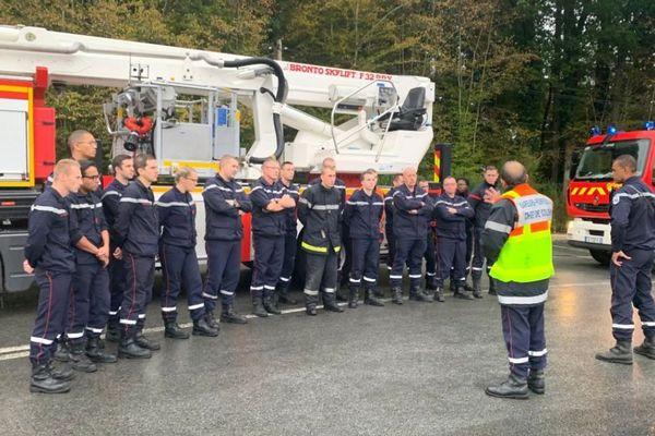 Les sapeurs-pompiers de l'Oise reçoivent les dernières consignes avant d'intervenir sur l'incendie de l'usine Lubrizol de Rouen le jeudi 26 septembre 2019