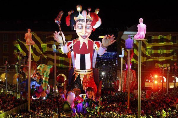 Le roi des médias ouvre le Carnaval de Nice entouré par la foule.