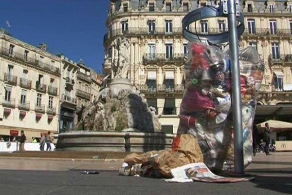 Montpellier : les poubelles débordent sur la place de la Comédie et sur l'esplanade. Elles ne sont plus ramassées - 24 avril 2013.