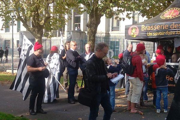 Jeudi 30 octobre 2014 : plusieurs personnes sont venues soutenir les sept prévenus jugés pour la destruction du portique écotaxe de Guiclan
