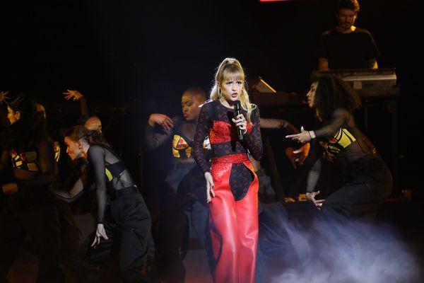 Angèle habillée par Marine Serre lors des Victoires de la Musique 2020